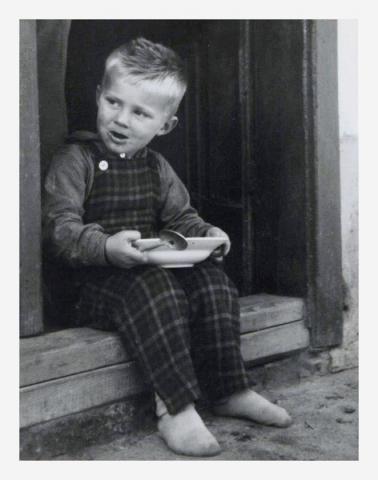 Tříletý Václav se uměl postavit (i posadit) jak k jídlu tak k dílu.