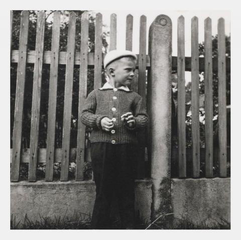 S rádiovkou a plotem rodinného statku za zády.